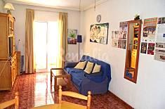 Cómodo apartamento de 2 dormitorios. Situado en una de las calles principales de la ciudad, cerca del mar. Alicante
