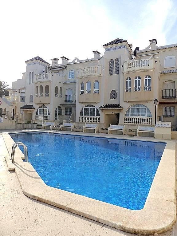 Apartamento en 1 l nea del mar en un residencial con for Piscina torrevieja