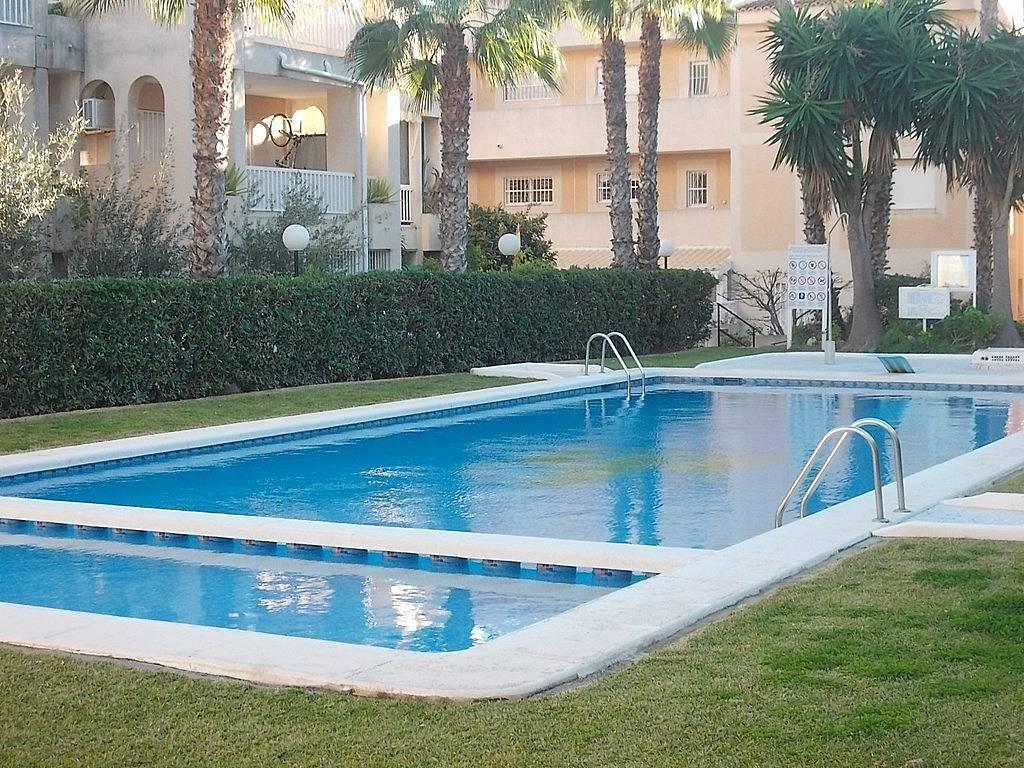 Bungalow con zonas verdes y piscina en la urbanizaci n en for Piscina torrevieja