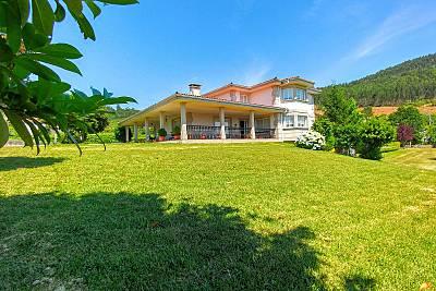 Villa con piscina y jardín en zona natural Pontevedra