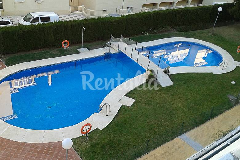 Apartamento a 300 mtso playa torrequebrada benalm dena for Piscina publica malaga
