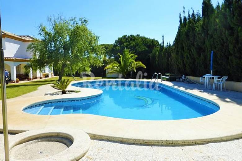 Villa oliva roche con piscina caminando a la playa roche for Piscina de cadiz