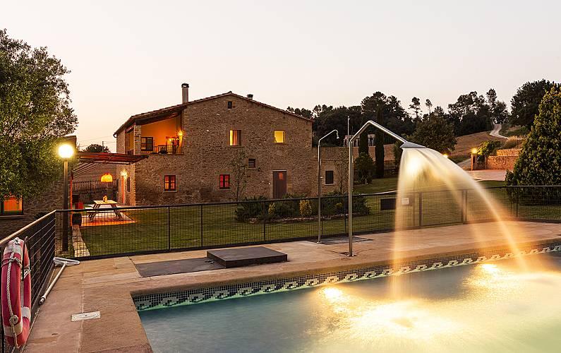 Masia restaurada con gran jardín, piscina y juegos Girona/Gerona -