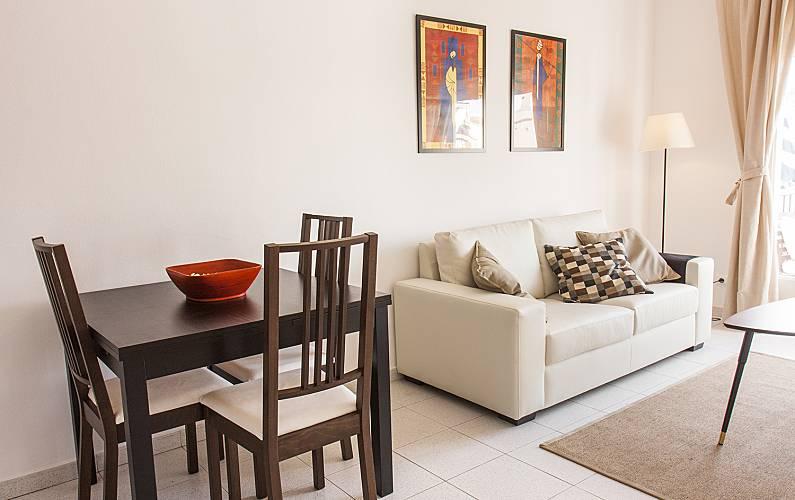 Appartement en location 450 m de la plage sitges for 18 8 salon locations
