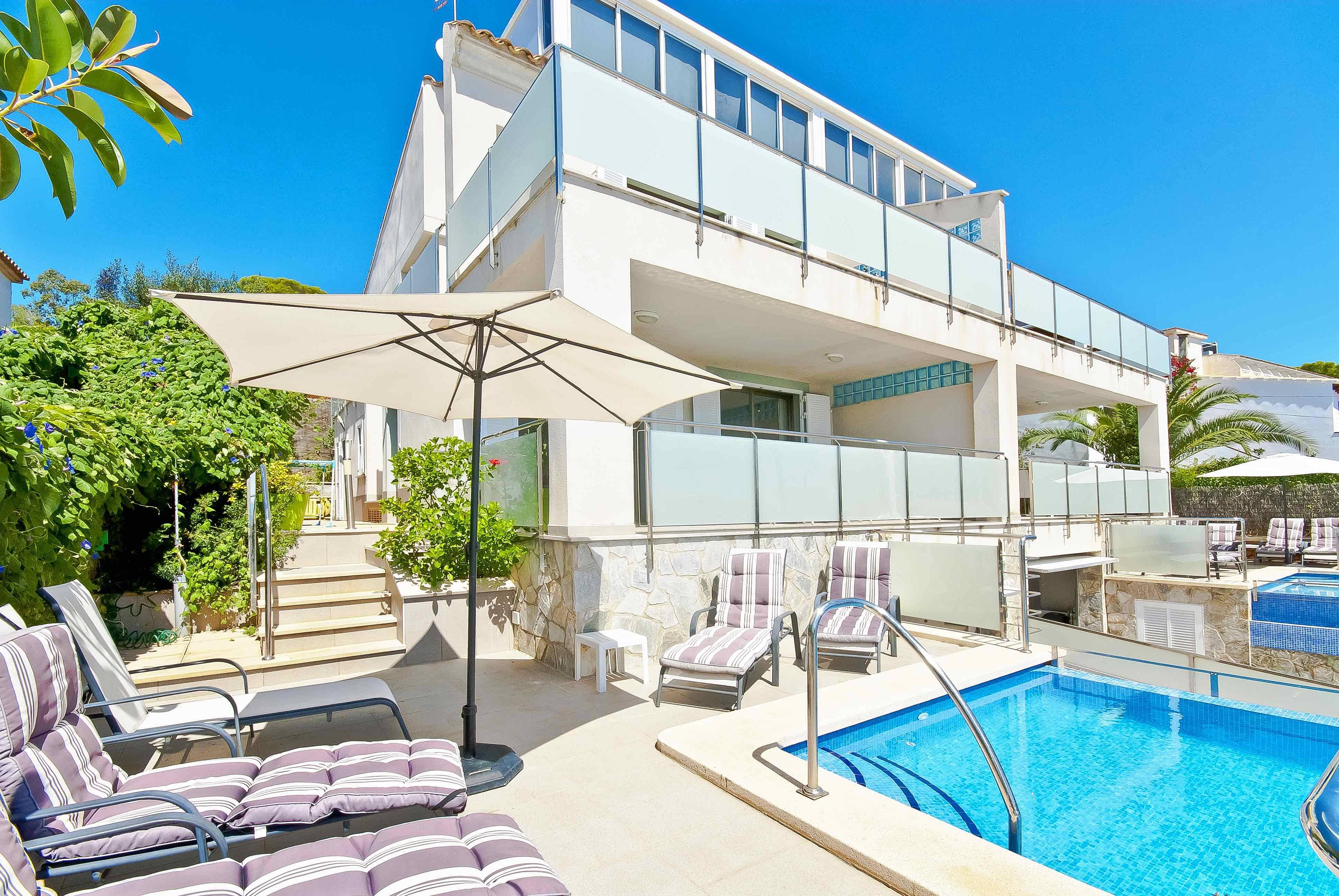 Gran casa con piscina junto al mar port d 39 alcudia for Hoteles junto al mar