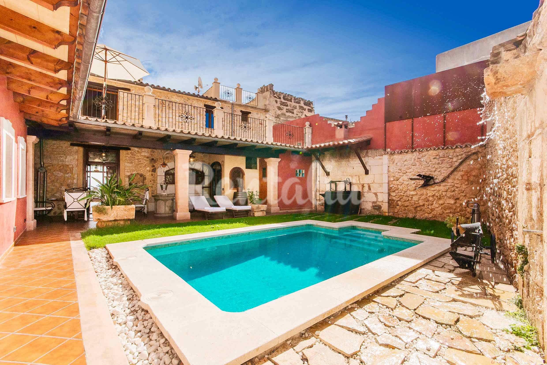 Casa de lujo con piscina privada muro mallorca for Casas con piscina mallorca