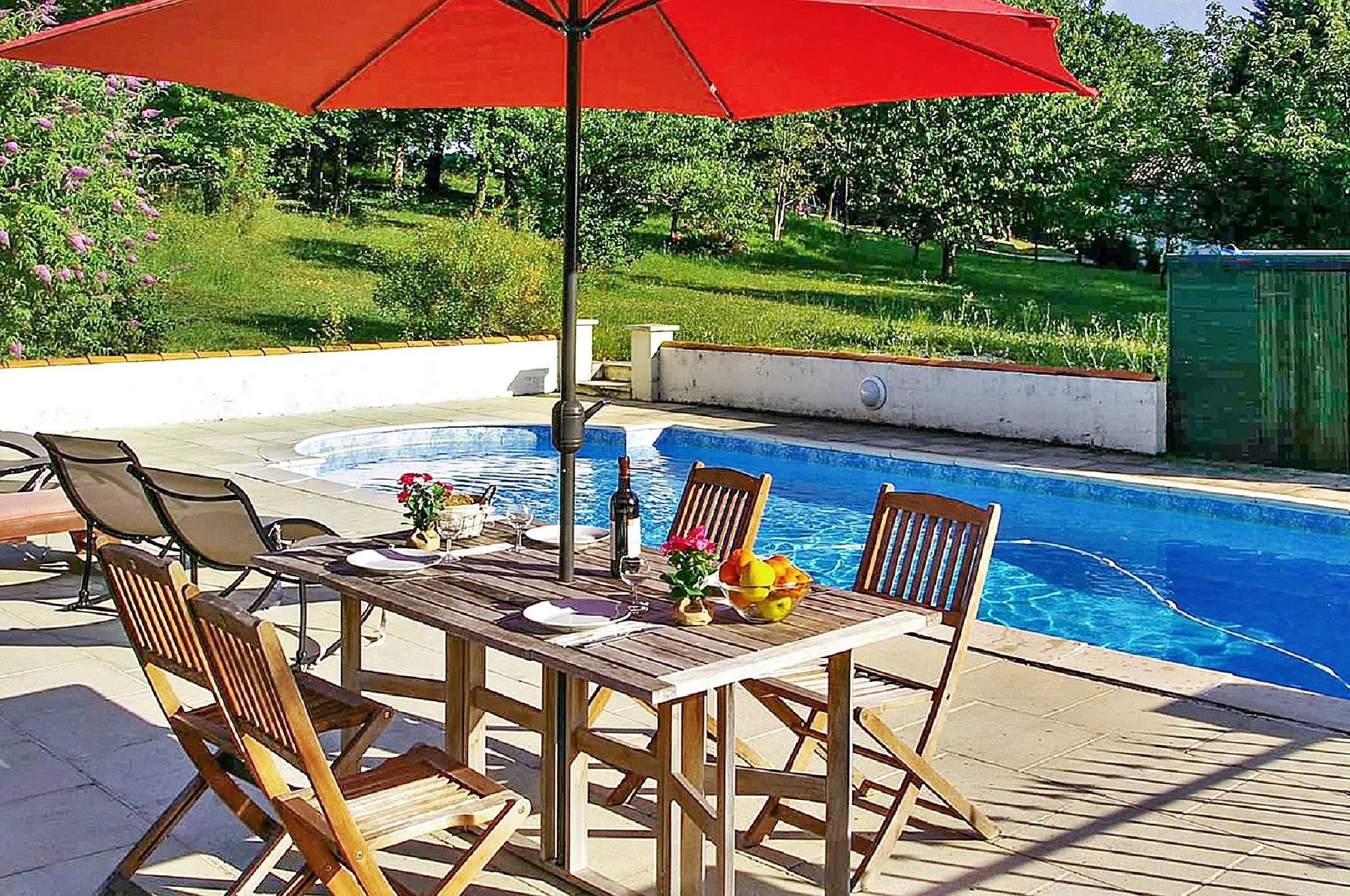 Grande villa avec piscine et jardin dompierre sur for Villa charente maritime avec piscine