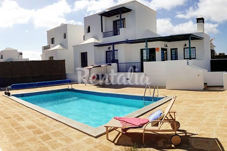 Villa con piscina privada climatizada playa blanca for Hacer piscina climatizada en casa