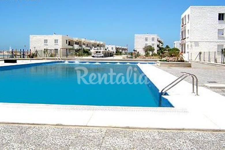 Apartamento de 2 habitaciones a 50m de la playa los for Piscina trafalgar