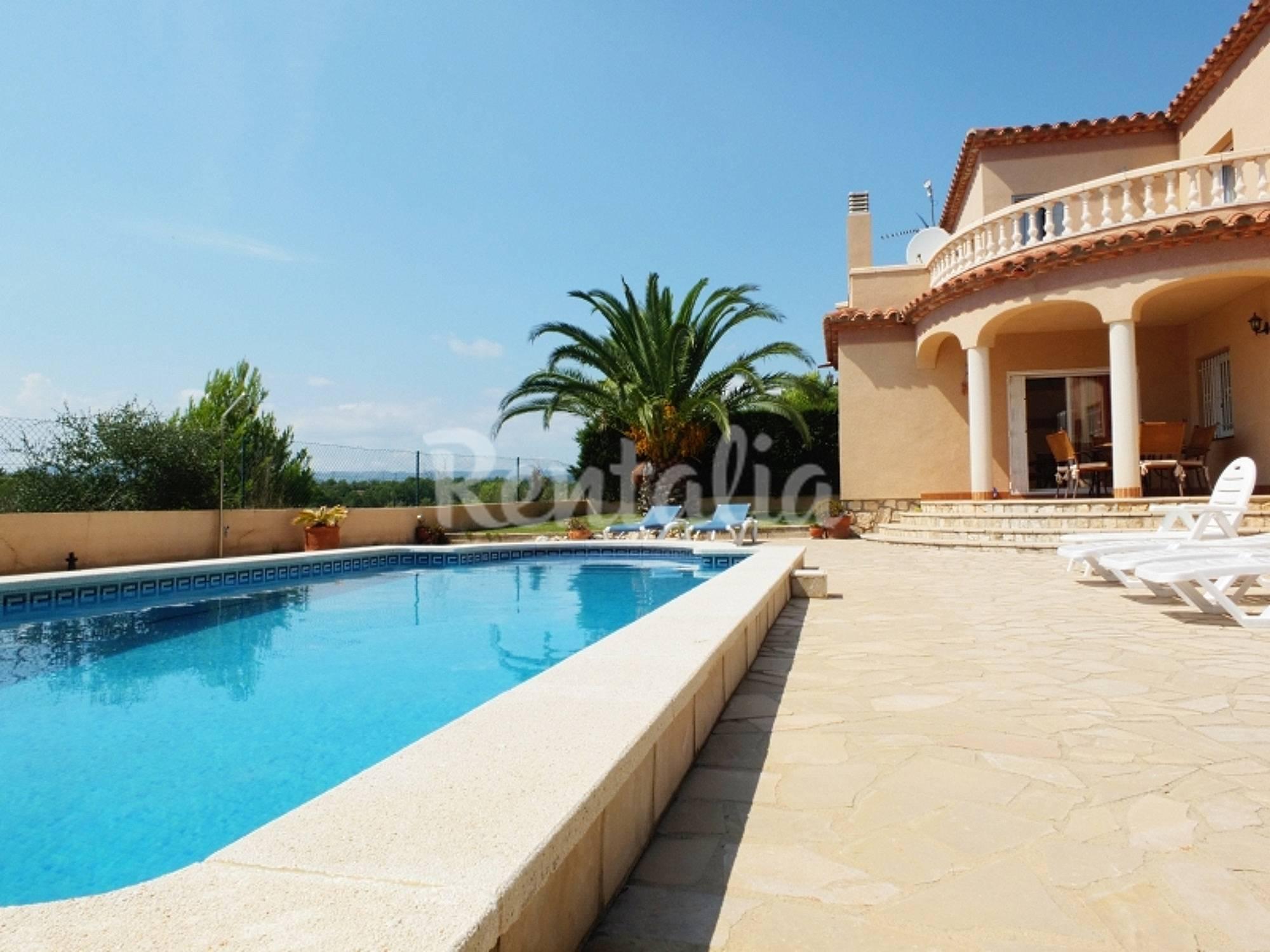 Villa con piscina privada wifi y aireacondicionado tres for Hoteles con piscina en tarragona