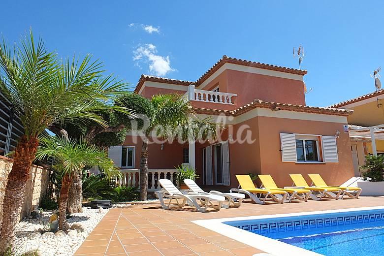 Villa con piscina privada wifi y aireacondicionado tres for Villas con piscina privada