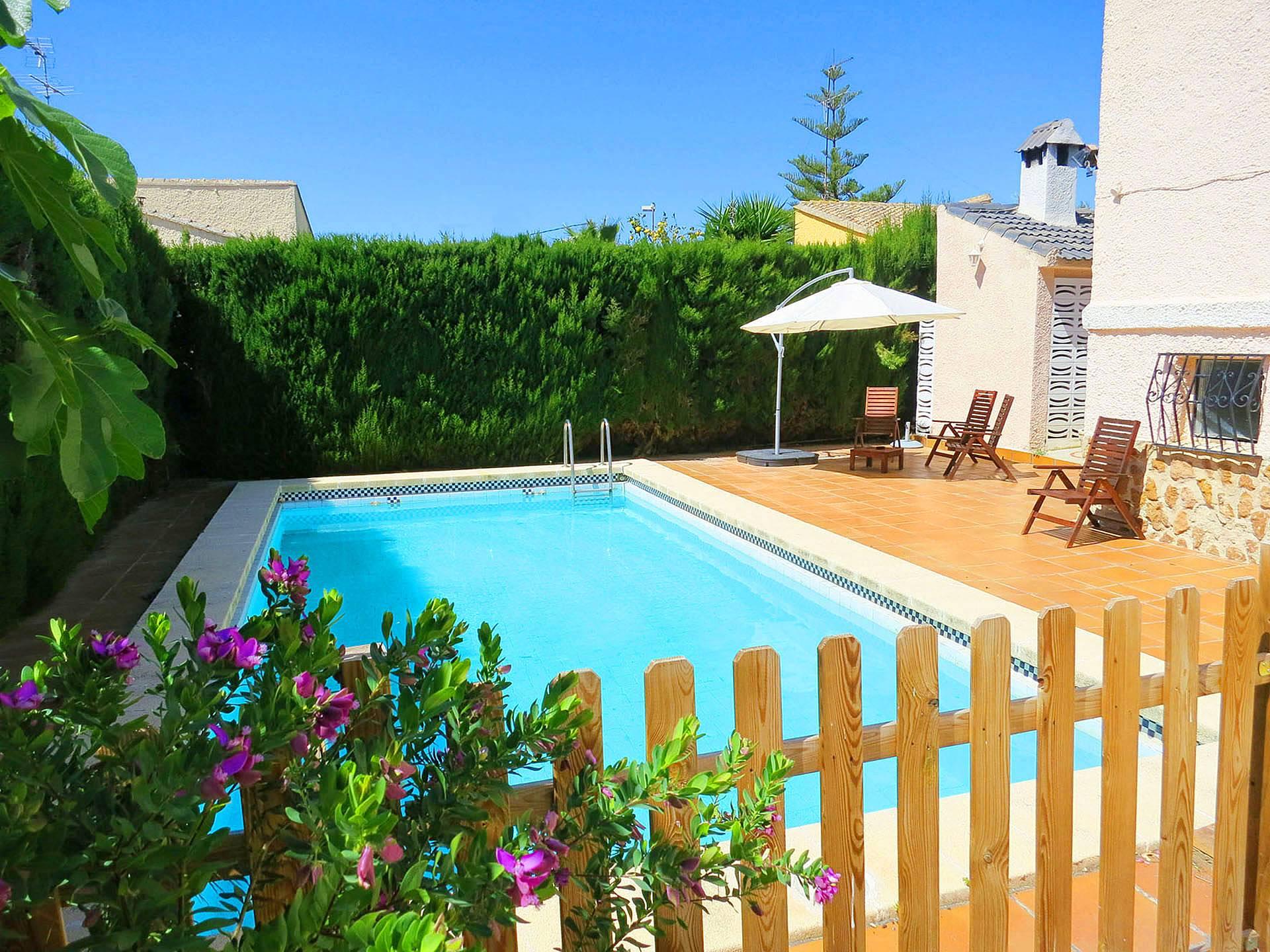 Encantadora villa con piscina y jard n l 39 eliana valencia for Piscina y jardin 2002 s l